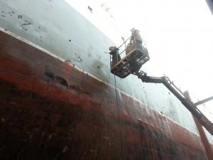 zwei Crewmember auf einem Steiger an der Backbord-Bordwand der Stubnitz